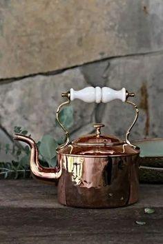 Vintage Copper Tea Kettle with Porcelain Handle c. 1850 Vintage Copper Tea Kettle with Porcelain Handle c. Copper Pots, Copper Kitchen, Copper Tea Kettle, Copper Decor, Cast Iron Cookware, Handmade Copper, Coque Iphone, Antique Copper, Tea Cups