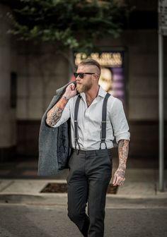 Look masculino com suspensórios.