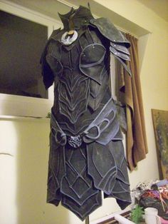 Ok my nightingale blade is done, just a layer of clear coating to protect it and i'm happy. The cape is also done, and i need more paint on the armor itself. Nightingale Armor, Skyrim Cosplay, Fantasy Armor, Character Ideas, Cosplay Ideas, Larp, Leather Working, Leather Craft, Armour