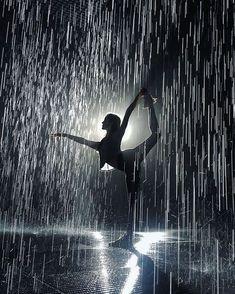 photo yoga noir et blanc \ photo yoga & photo yoga poses & photo yoga noir et blanc & photo yoga nature & photo yoga plage & photo yoga inspiration Photo Yoga, Dance Quotes, Ballet Photography, Amazing Dance Photography, Beauty Photography, Photography Poses, Dance Pictures, Rain Pictures, Dance Pics