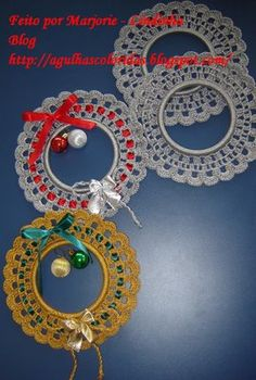 Step by step picture instructions on how to make these Christmas wreaths. Crochet Christmas Wreath, Crochet Wreath, Crochet Christmas Decorations, Crochet Decoration, Crochet Ornaments, Crochet Snowflakes, Xmas Ornaments, Christmas Wreaths, Christmas Crafts