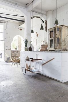 Urban Industrial Decor Tips From The Pros Have you been thinking about making changes to your home? Are you looking at hiring an interior designer to help you? Style At Home, Interior Architecture, Interior And Exterior, Industrial House, Industrial Lighting, Industrial Farmhouse, Vintage Industrial, Farmhouse Door, Industrial Design