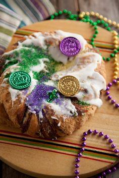 Mardi Gras King Cake with cinnamon filling (Paula Deen recipe) Mardi Gras Food, Mardi Gras Party, Paula Deen, Croissants, Holiday Treats, Holiday Recipes, Holiday Fun, Just Desserts, Delicious Desserts