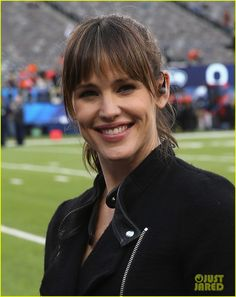 Jennifer Garner Stands on the Sidelines at the Super Bowl- Hey, she's got coms on!  Looks like she's on a mission on Alias. Ha!