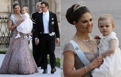 Boda Real de Magdalena de Suecia: La princesa Estelle enamoró a todos a su llegada. En brazos de su mamá, Victoria de Suecia, que estaba radiante con un precioso vestido de color maquillaje y espectaculares joyas, la pequeña acaparó todos los flashes con un vestidito de color blanco y flores en la cintura en tonos marrones