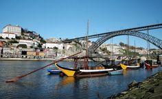 Barcas en el puerto del vino a las orillas del Duero, en Oporto, en una imagen de archivo (Reuters).   Oporto, ciudad invicta, vive la moda verde Porto, Portugal - Rabelo boats