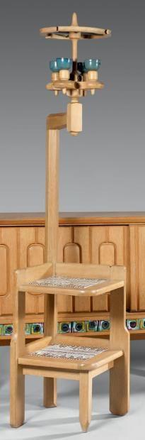 ESTIMATION : 200 - 300€  RÉSULTAT : 500€ LOT N°134  ROBERT GUILLERME ET JACQUES CHAMBRON   Lampadaire à deux lumières en bois naturel, la base constituée de deux tablettes superposées ornées de carreaux de céramique polychrome. Édition Votre Maison, circa 1960. Hauteur: 193 cm - Largeur: 41,5 cm
