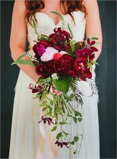 Para um bouquet de noiva discreto em cascata, a cascata pode ser feita com folhagens.