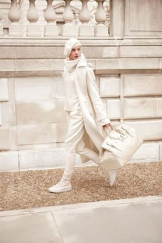 All white outfits for winter this season get inspirations how to wear all white look this winter 2019 2020 winters fashion street style for cold season sweaters turtleneck blazers coats fur Fashion Moda, Look Fashion, Fashion Outfits, Womens Fashion, Fashion Trends, Fashion Tips, All White Outfit, White Outfits, Sport Chic
