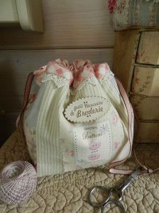 I absolutely love everything about this . the color, design . Hand Embroidery, Machine Embroidery, Drawstring Bag Pattern, Diy Bags Purses, Bag Pattern Free, Tote Purse, Handmade Bags, Sewing Crafts, Diaper Bag