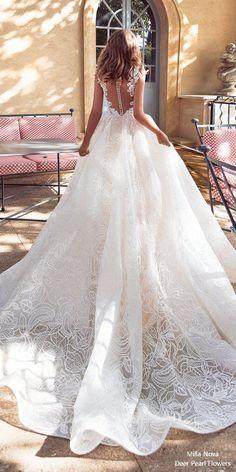 El detalle de la espalda en este bello vestido nupcial hará las delicias de cualquier novia en su gran día #weddinggowns