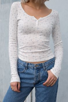 Fitted long sleeve ribbed top in white with a blue floral print, a scoop neck collar, eyelet detailing and three button down detailing. Grunge Look, 90s Grunge, Grunge Style, Soft Grunge, Grunge Outfits, Brandy Melville Outfits, Cute Summer Outfits, Spring Outfits, Cool Outfits
