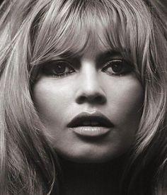 Brigitte Bardot sigue encarnando en nuestros días el mito de la mujer francesa rebelde y sensual. Nicole Kidman le copia el look sixties en la última publicidad de Jimmy Choo y una