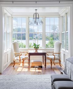 Relaxed Southern Living in Georgian Home - Town & Country Living - Sunny and Elegant Breakfast Nook Dressed in White - Country Kitchen Flooring, Country Dining Rooms, Country Furniture, Sunroom Dining, Kitchen Decor, Southern Living, Country Living, Modern Country, Country Farmhouse