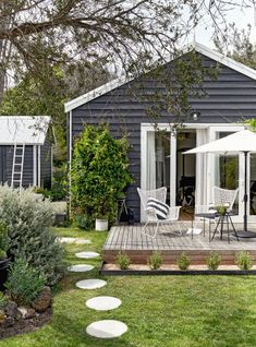 outdoor rooms Home tour: stylists studio rental on the Mornington Peninsula Cottage Exterior, House Paint Exterior, Exterior House Colors, Exterior Design, Outdoor Rooms, Outdoor Living, Studio Rental, Beach Shack, Facade House