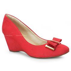 Lindo Sapato anabela Usaflex um conforto ao calçar, feito em couro coral com detalhe em laço.O modelo é estilo casual que garante para elas uso em ocasiões formais e informais além de ser um charme!