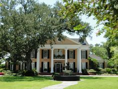 Southern Oaks Plantation Wedding Venue in New Orleans, Louisiana... I remember when my Auntie got married here when I was like 12... I loved the place, it was so beautiful and the food was delicious. I wanna get married here one day depending on the cost! Lol!
