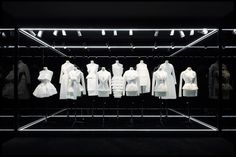 Репортаж с еще не открывшейся выставки, в котором историк моды и куратор экспозиции Флоранс Мюллер рассказывает о самых важных экспонатах