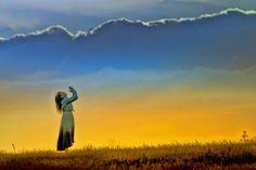 Quand on passe de l'Ancien Testament au Nouveau dans sa lecture de la Bible, on constate une réelle évolution. Au risque de simplifier à l'excès, disons que l'on passe de l'ère des promesses à l'ère de leur accomplissement. Pourtant, d'un testament à l'autre, on observe également de nombreuses constantes. Parmi elles, l'injonction de «bénir Dieu». …