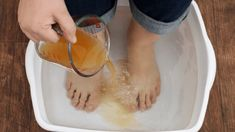 Watch This Video Mind Blowing Home Remedies for Toenail Fungus that Really Work Ideas. Astonishing Home Remedies for Toenail Fungus that Really Work Ideas. Apple Cider Vinegar Remedies, Apple Cider Vinegar Detox, Skin Care Remedies, Home Remedies, Natural Remedies, Foot Detox Soak, Homemade Foot Soaks, Foot Soak Vinegar, Toenail Fungus Remedies
