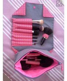Globulitasche / Neceser de maquillaje con cremallera y compartimentos Globulitasche / Makeup bag with zipper and compartments Fabric Crafts, Sewing Crafts, Sewing Projects, Diy Crafts, Sewing Tutorials, Sewing Hacks, Sewing Patterns, Diy Makeup Bag, Makeup Case