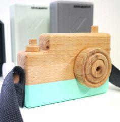 FOTOTOESTEL MINT by June  Handgemaakt houten fototoestel. Dit houten speelgoed is uniek en cool!