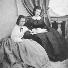 Herzogin Mathilde Ludovika in Bayern, spätere Gräfin von Trani und Prinzessin von  Bourbon-Sizilien (links) und Herzogin Elisabeth 'Sisi' in Bayern, spätere Kaiserin von Österreich (rechts)