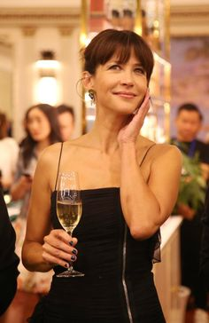 Carrière réussie, mère aimée et femme amoureuse auprès du chef Cyril Lignac depuis ce début d'année... À cinquante ans, Sophie Marceau a de quoi être sereine. Alors joyeux anniversaire Miss Marceau ! (Septembre 2016, Chine.) sophie-marceau-l039intrepide-ingenue-photo-26_1.jpg (922×1425)