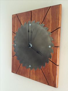 Recycled saw blade clock. The hours are represented by the cuts in the wood. - Recycled saw blade clock. The hours are represented by the cuts in the wood.