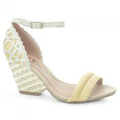 Sandália Anabela Ramarim, confeccionada em couro cortado a laser, palmilha almofadada.Além de detalhes que fazem a diferença no visual o calçado proporciona todo conforto  e segurança ao calçar!