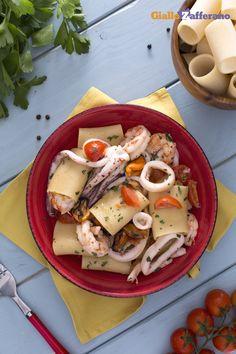 Gli schiaffoni o paccheri ai frutti di mare (seafood paccheri), sono un piatto semplice da preparare e di grande effetto per le occasioni più importanti, dove il formato della pasta abbraccia i delicati sapori del mare. #ricetta #GialloZafferano #italianfood #italianrecipe
