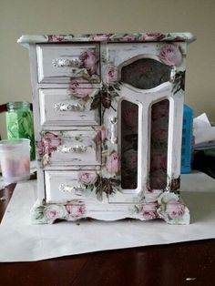 Love the placement of the decoupaged flowers in the vintage jewelry box makeover. - - Love the placement of the decoupaged flowers in the vintage jewelry box makeover… Shabby chic Bijoux Shabby Chic, Shabby Chic Schmuck, Shabby Chic Jewellery Box, Jewellery Boxes, Painted Jewelry Boxes, Wooden Jewelry, Vintage Jewelry, Diy Jewelry, Jewelry Holder