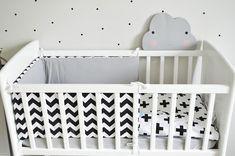 Kołyska - mini-łóżeczko to niezwykle stylowe miejsce snu dziecka w pokoju rodziców przez pierwsze miesiące jego życia. Niewielkie rozmiary pozwalają zmieścić kołyskę nawet w niedużej sypialni lub dostawić do łóżka rodziców, dzięki czemu dziecko łatwiej zasypia. Dzięki swej stabilnej konstrukcji jest bardzo bezpieczna. Cribs, Bed, Classic, Furniture, Home Decor, Cots, Derby, Decoration Home, Bassinet