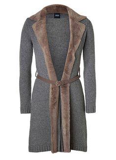 Приталенный однобортный пиджак с английским воротником, застёгивающийся на одну или две пуговицы, длиной до начала бедра прекрасно смотрится на фигуре Песочные часы.