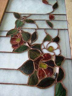 勝田のNさん制作中の椿のステンドグラスです。 これは行灯に取り付ける4枚の内の一枚です。 他にはアヤメ、菊が入る予定です。 なんとプレゼント用だそう...