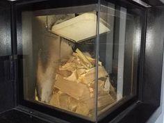 FM opis palenie i dokładania do kominka od góry- animuss:  Nawet układanie drewna przed spaleniem w palenisku kominka jest sztuką i zależy czego oczekujemy w danym momencie czy dużo ciepła a może raczej oglądania ognia . Układamy na dole grubsze szczapy, wyżej drobniejsze na samej górze podpałka .  Bardziej zwarte ułożenie drewna, zastosowanie grubszych szczap oraz rozpalanie od góry, spowoduje dłuższe spalanie wsadu w jednostce czasu.