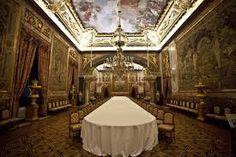 sillas, la de don Juan Carlos y doña Sofía, tienen ligeramente el respaldo más alto que el resto. Una de las curiosidades es que las sillas terminan en dos ruedas en sus patas anteriores, para facilitar que tomen asiento los invitados. palacio real madrid