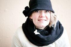 MINTTU-malli. Villamateriaalista valmistetussa päähineessä on nuorekas leikkaus, romanttinen kukka vasemmassa takasivussa. Vuorillinen malli. www.personaldesignhat.fi