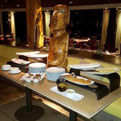 O café-da-manhã no @hotelhangaroa começa com a companhia dos lindíssimos moais isto é a certeza de que o dia será inesquecível  . . . . . #isladepascua #Chile #moai #beautifuldestinations #hotelhangaroa  #rapanui #easterisland #magia #energia #maravilladelmundo #esencias #paisajes #belleza  #hangaroa #Manavai #southamerica #southamericahotel #hotels #beautifuldestination #blogueirorbbv  #travel #LoveTravel #TravelLove #viagem #ComerDormirViajar #wes2travel #CDVtripIlhadePascoa #Ilhadepascoa…