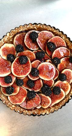 This Raw fig and blackberry tart looks amazing! Find the recipe in English and French at Yoga & Cuisine with Sybille.