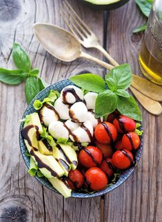 Avocado Caprese Salad with Balsamic Reduction Healthy Eating Recipes, Nutritious Meals, Healthy Snacks, Cooking Recipes, Veggie Side Dishes, Vegetable Dishes, Balsamic Reduction Recipe, Suddenly Salad, Spring Mix Salad