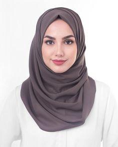 Viscose Woven Hijab Scarf in Alpine Green Turkish Hijab Tutorial, Hijab Style Tutorial, Hijab Turkish, Hijab Outfit, Girl Hijab, Modest Fashion Hijab, Muslim Fashion, Stylish Hijab, Muslim Girls