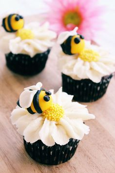 DIY Bumblebee & Flower Cupcakes With cheery fondant bees resting on white daisies made of frosting, these bumblebee and flower cupcakes are perfect for garden parties, showers or birthday gatherings all spring and summer long. Daisy Cupcakes, Sunflower Cupcakes, Fondant Flower Cupcakes, Summer Cupcakes, Themed Cupcakes, Baby Shower Cupcakes, Sunflower Cake Ideas, Beehive Cupcakes, Kids Birthday Cupcakes