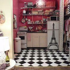 shoshanna's apartment - I love the refrigerator sticker!