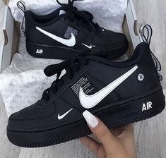 The Nike Air Force 1 Utility Men s Shoe adds overt branding to the  hoops-inspired performance features of the 1982 original for an irreverent  take on an ... 43e7b6360