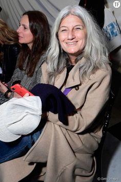 """Quand la """"tendance"""" des cheveux blancs devient libératrice Depuis quelques années, beaucoup de femmes laissent leurs cheveux blancs prendre le dessus. Une """"tendance"""" aux allures de mouvement libérateur. Fashion Over Fifty, Haircut And Color, Hair Cuts, Grey Hair, People, September, Gray, Style, White Hair"""