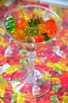 10 Gummy Bear Shots That Are Sweet + Boozy Magic de la fiesta bocadillos niña Party Drinks, Party Snacks, Fun Drinks, Yummy Drinks, Cocktails, Beverages, Martinis, Cocktail Recipes, Cocktail Ideas