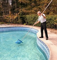 A deep bag pool net attached to a telescopic pole makes it easier to remove debris and leaves from the pool. Pool Cleaning Tips, Cleaning Equipment, Cleaning Hacks, Pool Nets, Swimming Pool Maintenance, Pool Care, Telescopic Pole, Crystal Clear Water, Swimming Pools