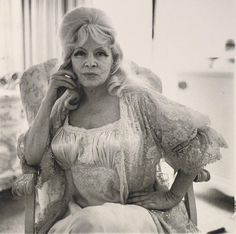 Mae West at home in 1965. Time doesn't pass in vain  // by Diane Arbus