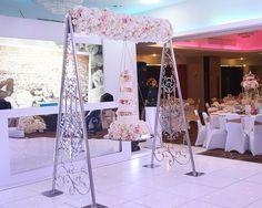 mesmerizing swing wedding cake (8) Wedding Cake Display, Big Wedding Cakes, Amazing Wedding Cakes, Wedding Cake Stands, Wedding Ceremony Decorations, Wedding Cake Designs, Birthday Decorations, Wedding Ideas, Suspended Wedding Cake